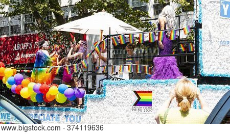 Babylon, New York, Usa - 28 June 2020: A Float With Balloons And Bubbles Has People Waving And Thank