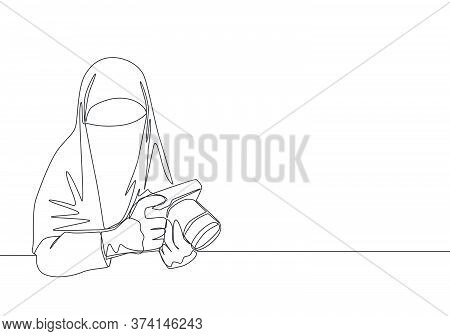 One Continuous Line Drawing Of Young Happy Saudi Arabian Muslimah Wearing Burqa While Holding Dslr C