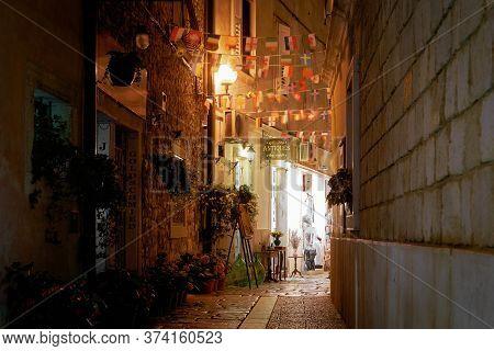 Porec, Croatia - July 23, 2018: Shops In A Narrow Alley In The Port City Of Porec In Croatia In The