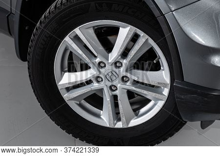 Novosibirsk/ Russia - April  11 2020: Honda Cr-v,  Car Wheel With Alloy Wheel And New Rubber On A Ca