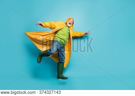 Full Body Photo Of Yelling Grandpa Amazed Walk Street Puddles Rainy Weather Slippery Wet Road Wear J