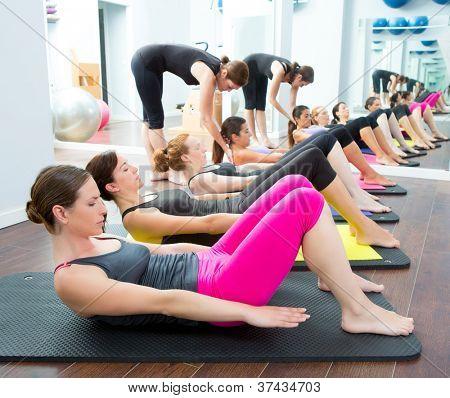 Aeróbio Pilates personal trainer em uma ginástica de grupo em uma linha