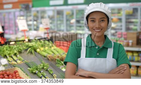 Shopping Concepts. An Asian Woman Is Selling Vegetables In A Department Store With Confidence. 4k Re