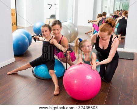 Mulheres de pilates aeróbica miúdo instrutores de personal trainer meninas no ginásio