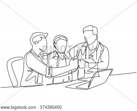 One Continuous Line Drawing Of Multi Level Marketing Or Mlm Upliner Doing Presentation With Laptop T
