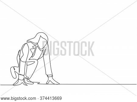 Single Continuous Single Line Drawing Of Young Happy Businesswoman Get Ready To Sprint Run On Runnin