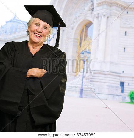 Senior Woman In Diplom-Kleid, im freien