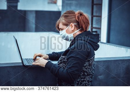 woman with a laptop during a pandemic