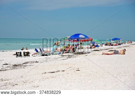 Holmes Beach, Fl / Usa -april 29, 2018:  Crowds Of People On The Beach Enjoying The Beautiful Florid