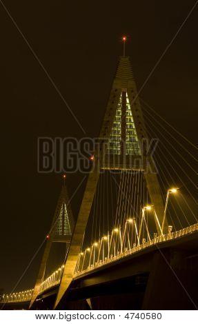 Hell beleuchtet modernen Brücke