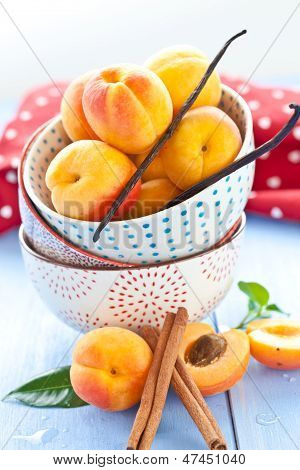Frische Aprikosen In kleine Tassen