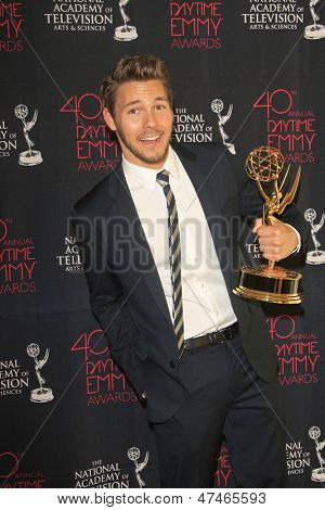 BEVERLY HILLS - JUN 16: Scott Clifton with the Outstanding Supporting Actor in a Drama Series award at the 40th Annual Daytime Emmy Awards on June 16, 2013 in Beverly Hills, California