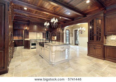 Cocina con techos de madera de lujo