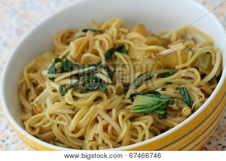 Chinese noodles with beansprouts and paksoy