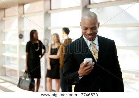 Homme d'affaires avec le téléphone intelligent