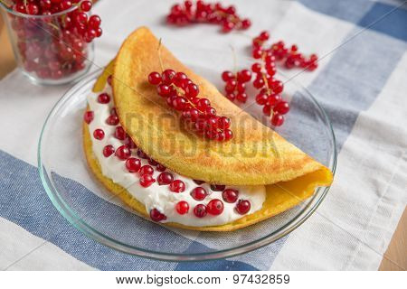 Sweet omelette with clotted cream and currant