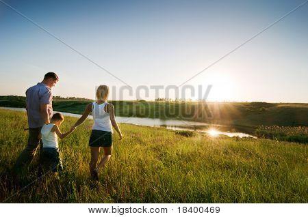 glückliche Familie bei Sonnenuntergang