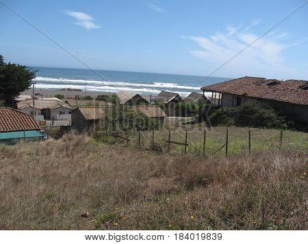 Playa, arena y montaña, casa típica, pueblo tipico