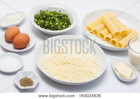 Spinach and cheese cannelloni preparation : Ingredients to prepare spinach and cheese cannelloni