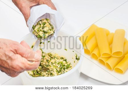 Spinach and cheese cannelloni preparation : Filling the pastry bag with the spinach and cheese filling