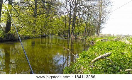 Jarní rybaření na feeder na řece v Čechách.