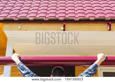 The master tries on the cornice to the roof