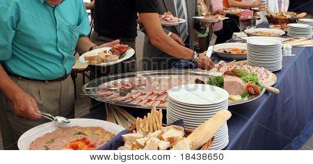 Partyservice, Menschen selbst auf einem Buffet serviert