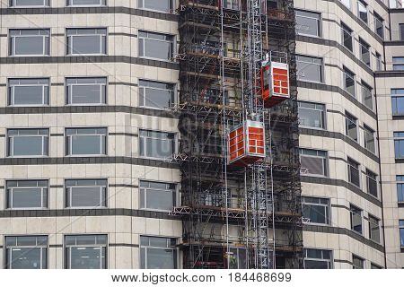 external hoists used in building construction to bring work materials .