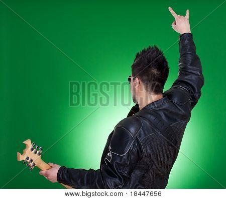 La parte trasera de un guitarrista de Heavy Metal