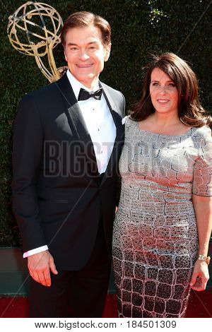 LOS ANGELES - APR 30:  Mehmet Oz, Lisa Oz at the 44th Daytime Emmy Awards - Arrivals at the Pasadena Civic Auditorium on April 30, 2017 in Pasadena, CA