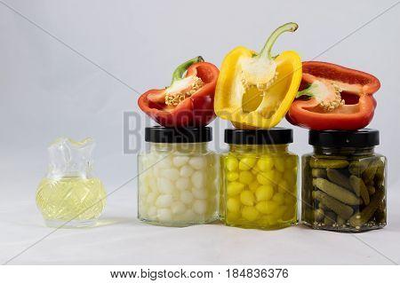 Smaczna I Pyszna Czerwona I żółta Paptyka, Przetwory I Oliwa W Spiżarni Na Białym Wyizolowanym Tle