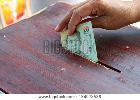 hand putting money to donate for help