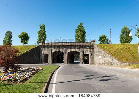 Porta Vittorio Emanuele (Vittorio Emanuele city gate - 1910) entrance to the city of lucca through the fortified walls. Toscana (Tuscany) Italy Europe