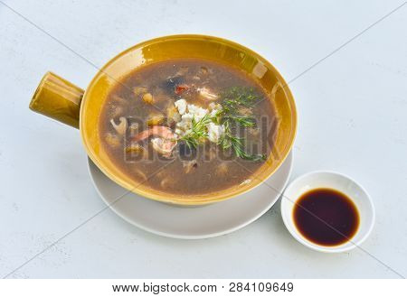 Braised Fish Maw In Red Gravy With Crab And Shrimp In Bowl / Chinese Styled Food Fish Maw Soup And S