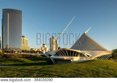 Milwaukee, Wi - 3 September 2020:  Milwaukee Art Museum And Northwestern Mutual Buildings
