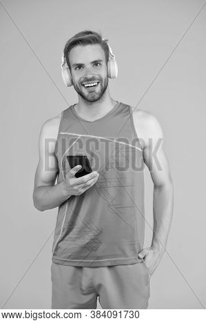 Gym Music. Athletic Man Listen To Music On Smartphone. Mobile Music. Sports Playlist. Sport And Fitn