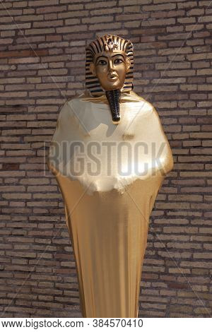 Rome, Italy - June 28, 2010: A Person Works, Very Still, As A Mime, Disguised As An Egyptian Pharaoh