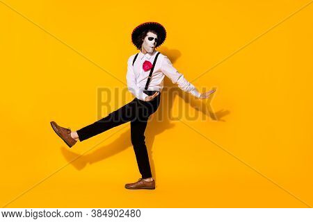 Photo Of Spooky Ghost Guy Dance Spanish Latin Dance Carefree Festival Hands Eyes Closed Wear White S
