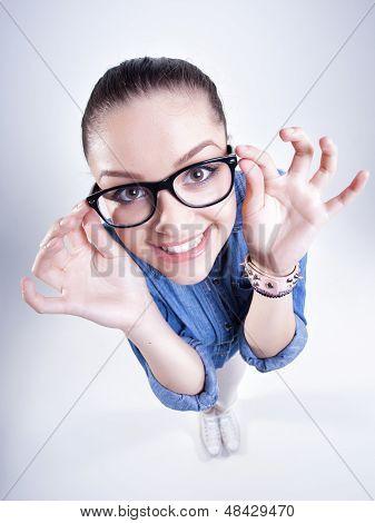 Chica bonita con dientes perfectos con gafas Geek sonriendo