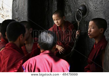 Unidentified monks debate in the Tashilunpo monastery area