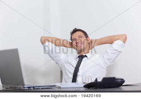 Empresário de sorridente alegre descontraído apreciando a carreira de sucesso