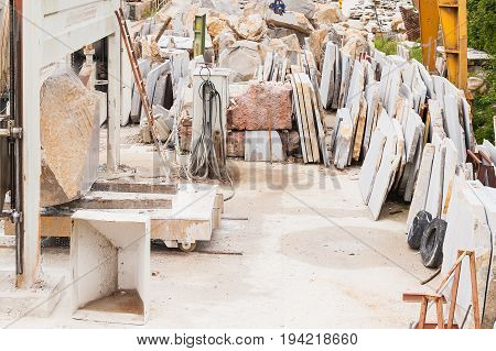 Machines for cutting marble blocks into slabs for the construction industry