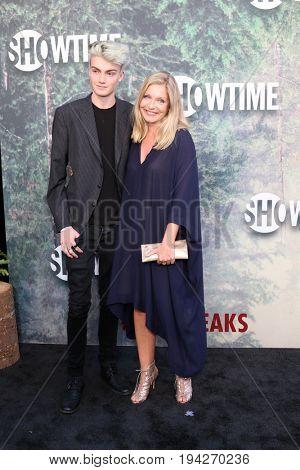LOS ANGELES - MAY 19:  Elijah Diamond, Sheryl Lee at the