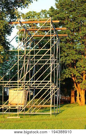 Metal structure in the form of a frame for attaching musical columns and a screen for broadcasting events in the park.