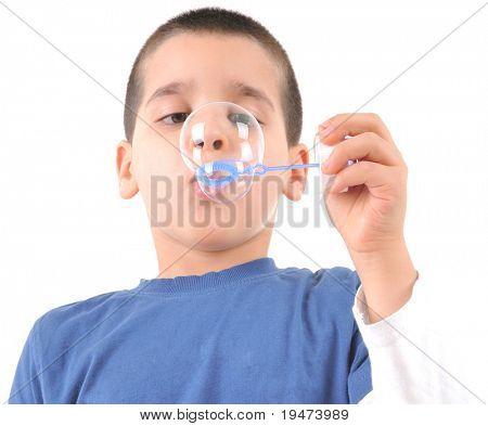 Menino soprando bolhas de sabão - imagem de estúdio de fundo branco.