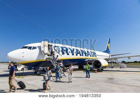 Boeing 737-8As (ryanair) In Bordeaux-merignac Airport
