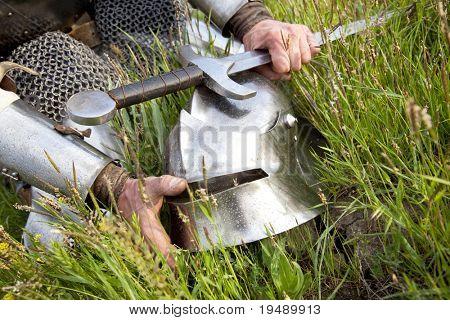 Ritter Helm und Schwert / nach Regen nass