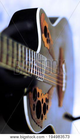 Guitarra vintage con parte desenfocada y juego de colores