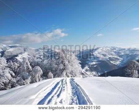 Paisaje De Invierno Con Montañas Y Nieve En Rumania, Pueblo De Parva, Transilvania