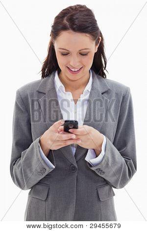 close up of a Businesswoman lächelnd und beobachten ihr Telefon vor weißem Hintergrund